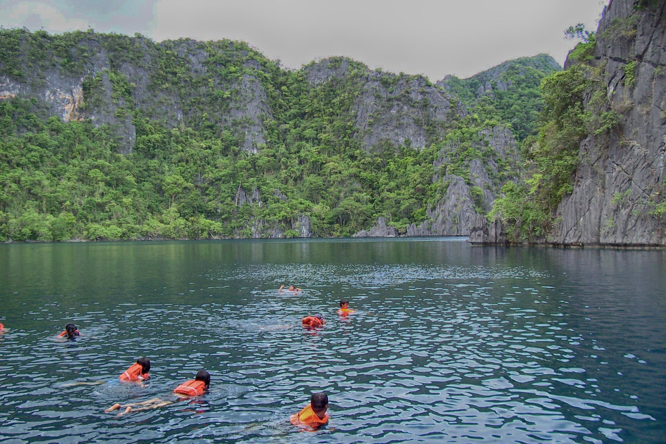 Schwimmen im Süßwassersee auf Busuanga, Palawan (Philippinen)